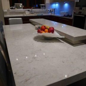 stół z konglomeratu Bianco Drift