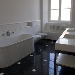 łazienka z marmuru Thassos i Nero Marquina