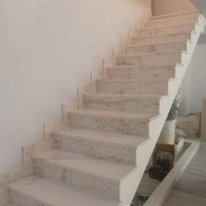 schody marurowe Calacatta
